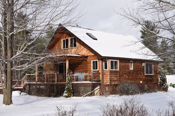 Cozy Farmhouse Apartment - Au Sable Forks - บ้าน