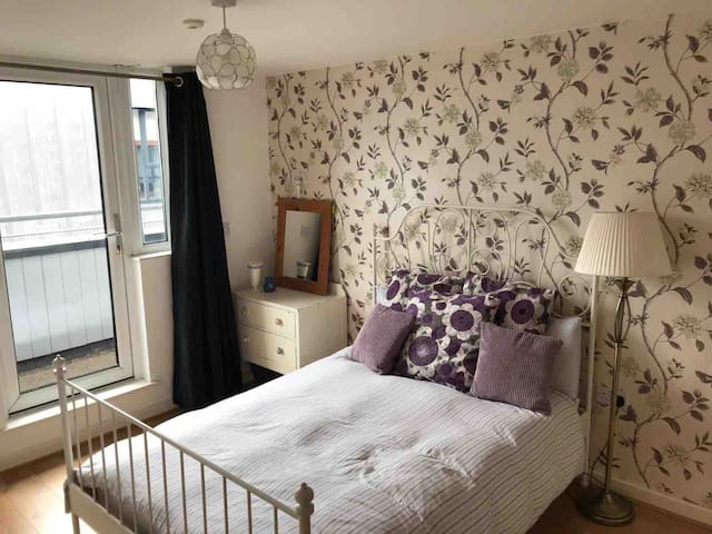 Lovely Central 2BD Apt * Coop, Arena, NQ + Parking