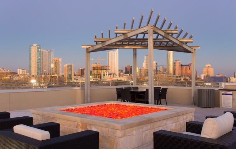 LUXURY 1BR- 5 min walk to Zilker/ACL, rooftop view