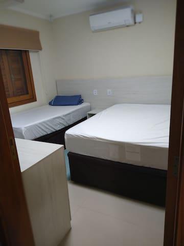 quarto térreo, 01 cama casal e 01 solteiro (01)