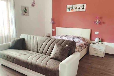 Cactus House - Violet Room