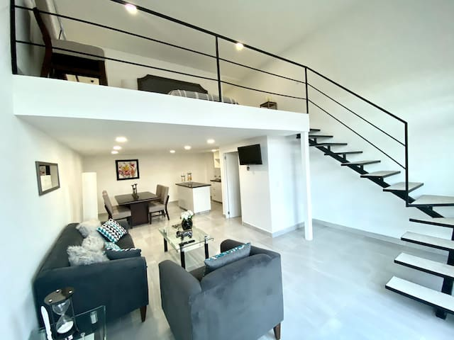 DELUXE ONE BEDROOM LOFT! Sky pool, gym and more!