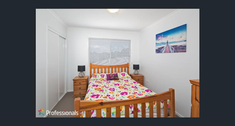 Queen bed, own bathroom free wifi - Wellington Point - Huis