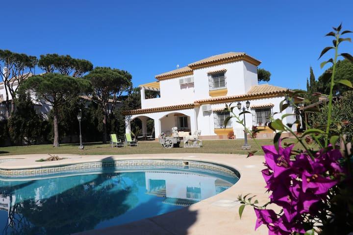 Villa mit großem Garten und Pool , 300M zum Meer