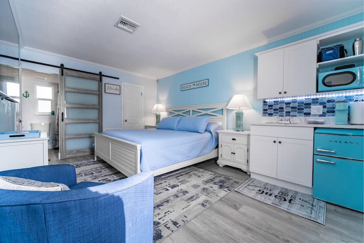 NEW 2021 - Siesta Shores Studio - King bed - Pool!