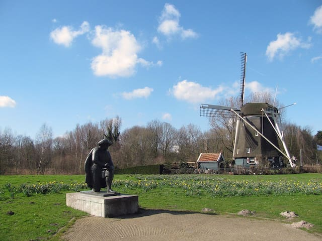 10 minutes from our house the Amstel river with the famous sculture of the painter Rembrandt