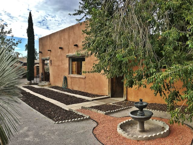Casa Solano- Authentic Adobe Steps From NMSU! - Las Cruces - บ้าน