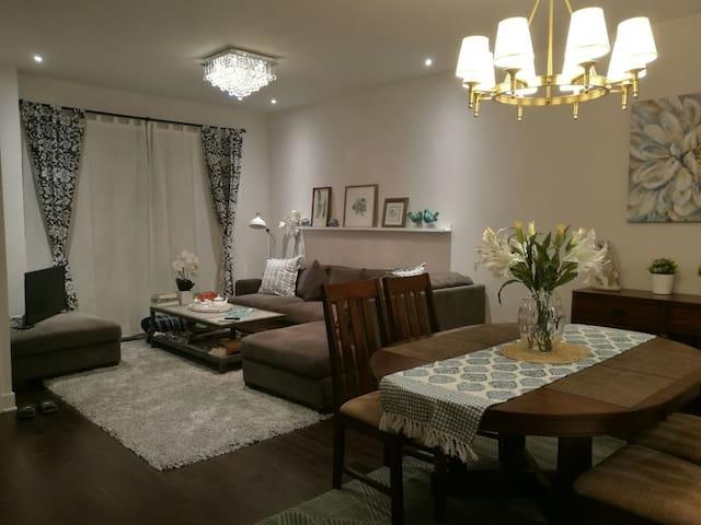 一个干净整洁漂亮的联排别墅的房间