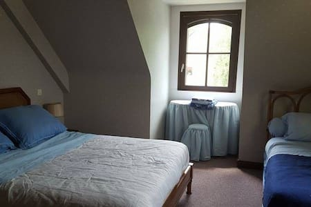 Chambre bleue vue jardin dans maison bretonne - Ploeren