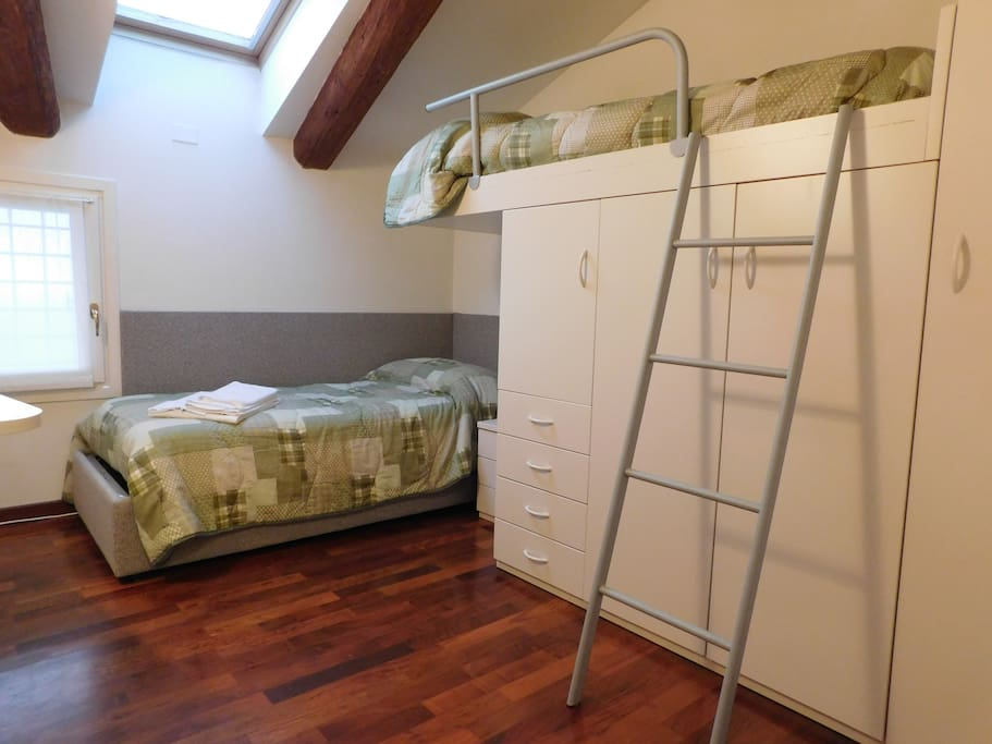 Cameretta con letto a castello / Second bedroom with bunk beds