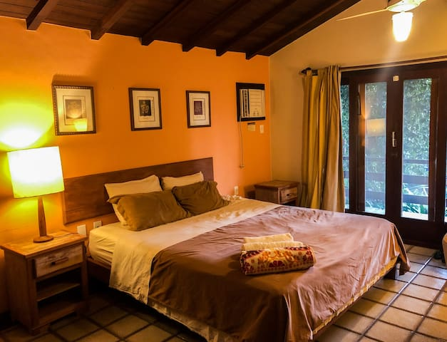 Suite do segundo andar com cama king size / 2nd floor suite with king size bed