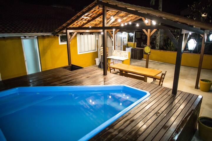 Casa com piscina para Família próximo a meia praia
