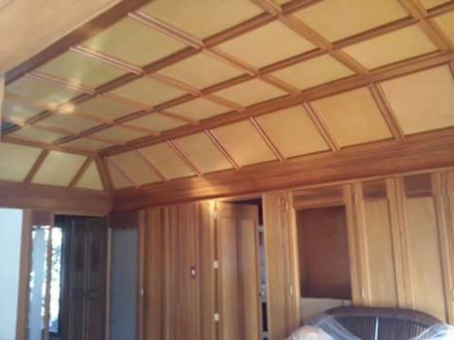 Sala comedor con acabados y piso se madera. Acceso a cocina, estrada principal, y terraza.