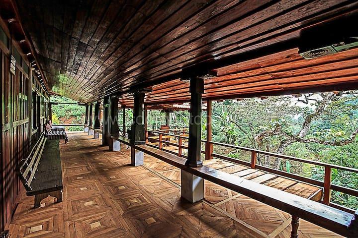Keemalekad Log cottage, (Entire Cottage)
