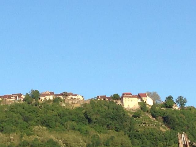 LES ISLES 3:   Chambre avec vue sur Château-Chalon