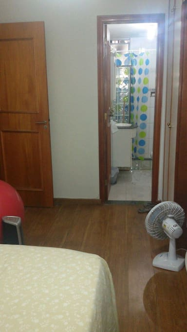 looking from bed toward the bathroom/vista da cama para o banheiro