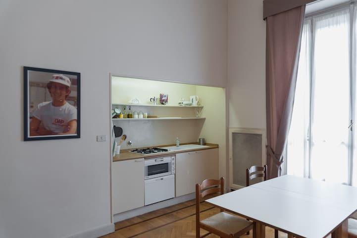 Cucina/living completa di lavatrice, lavastoviglie e forno