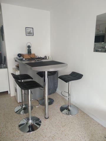 Table haute avec chaises de bar