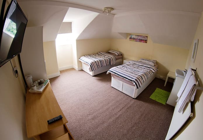 Near Heathrow with parking and great travel links - Isleworth - Bed & Breakfast