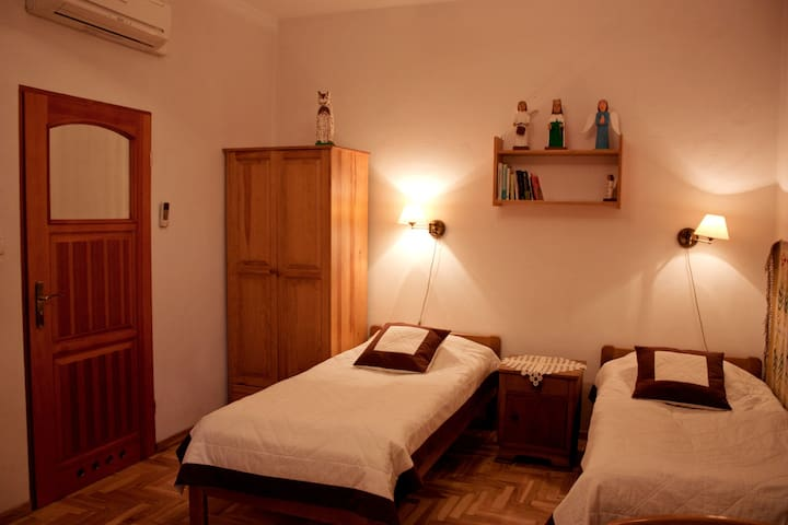 Double folky room & bathroom (Jewish Quarter)