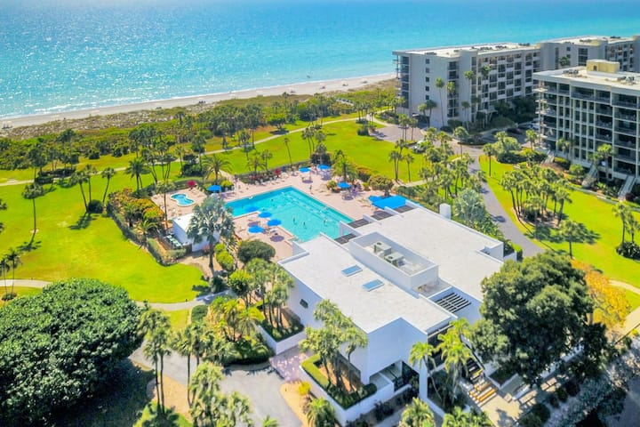 Fifth Floor Oceanfront Condo with Ocean Views, Shared Pool, WiFi, & Private W/D!