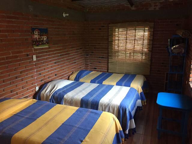 Linda habitación rústica para 3 personas.