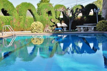 Villa Aster  con precioso, grande jardín y piscina - Calafell