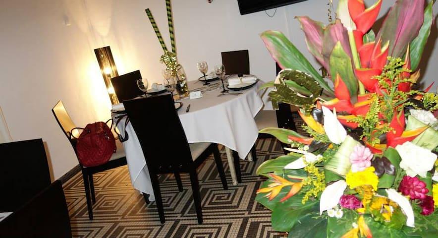 Studio 40 m2 - Ch d'hôte/restaurant - zone 4 - Abidjan - Bed & Breakfast