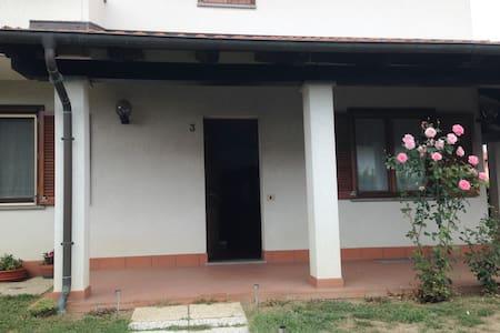 A casa di Antonella (giardino,Wi-Fi,indipendente)