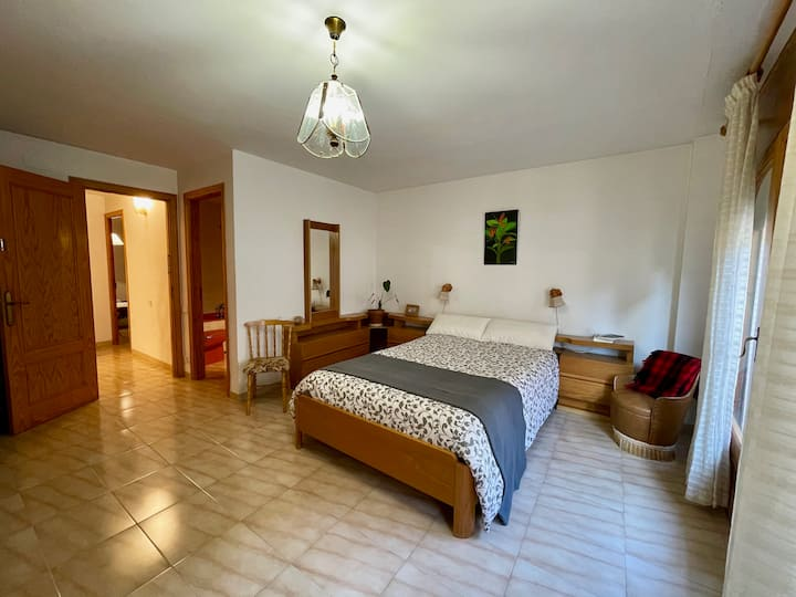 Double room + private bathroom in downtown Tivissa