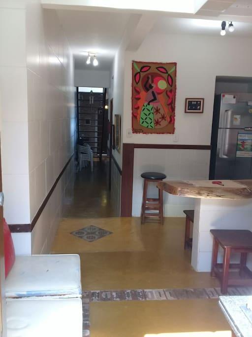 Cozinha e corredor de acesso para sala / Kitchen and hallway to living room