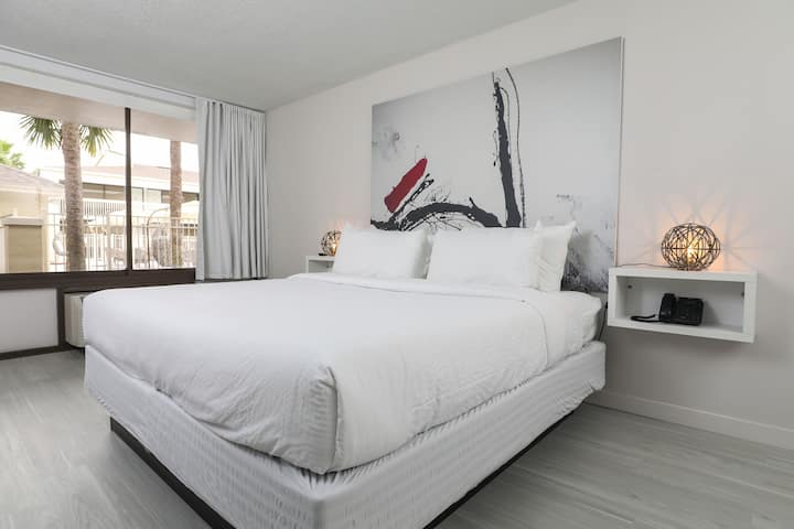 Stylish Single Queen Room
