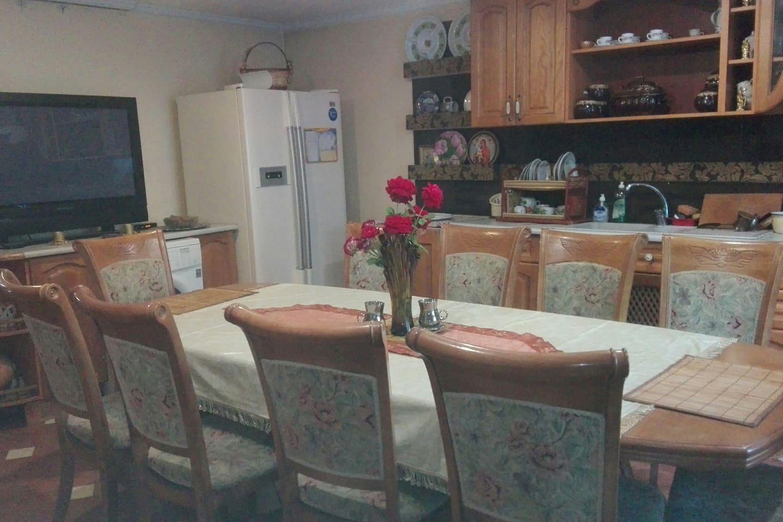 Оборудование кухни: микроволновка, варочная поверхность, духовка, мультиварка, чайник, посуда, телевизор, холодильник, стиральная машина. Гости могут сами приготовить, разогреть или заказать питание за дополнительную плату.