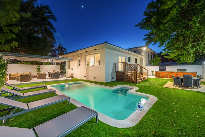 Beautiful Villa with heated pool fits 14 guest!