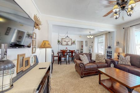 Premium Cleaned | Dog-friendly home w/ a full kitchen, patio, & beach access