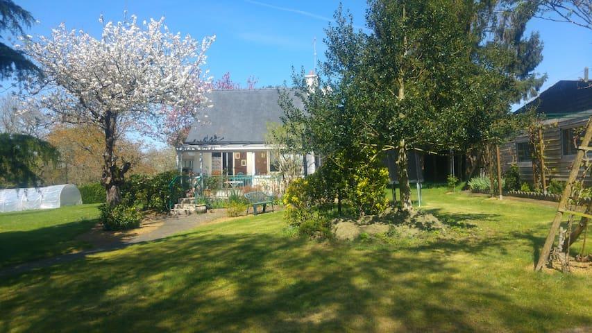 Maison de campagne avec joli jardin