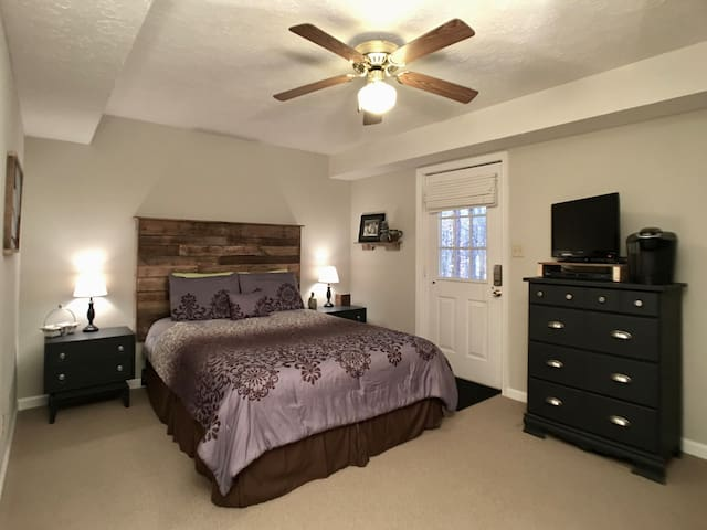 Bed & Bath~Own Entrance~10 min to LU!