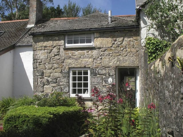 WHITE DUCK COTTAGE, family friendly in Hayle, Ref 959304