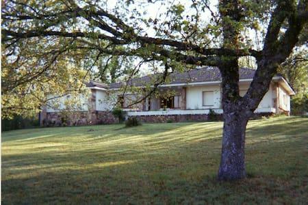Casa con enorme jardín y tenis - Derroñadas