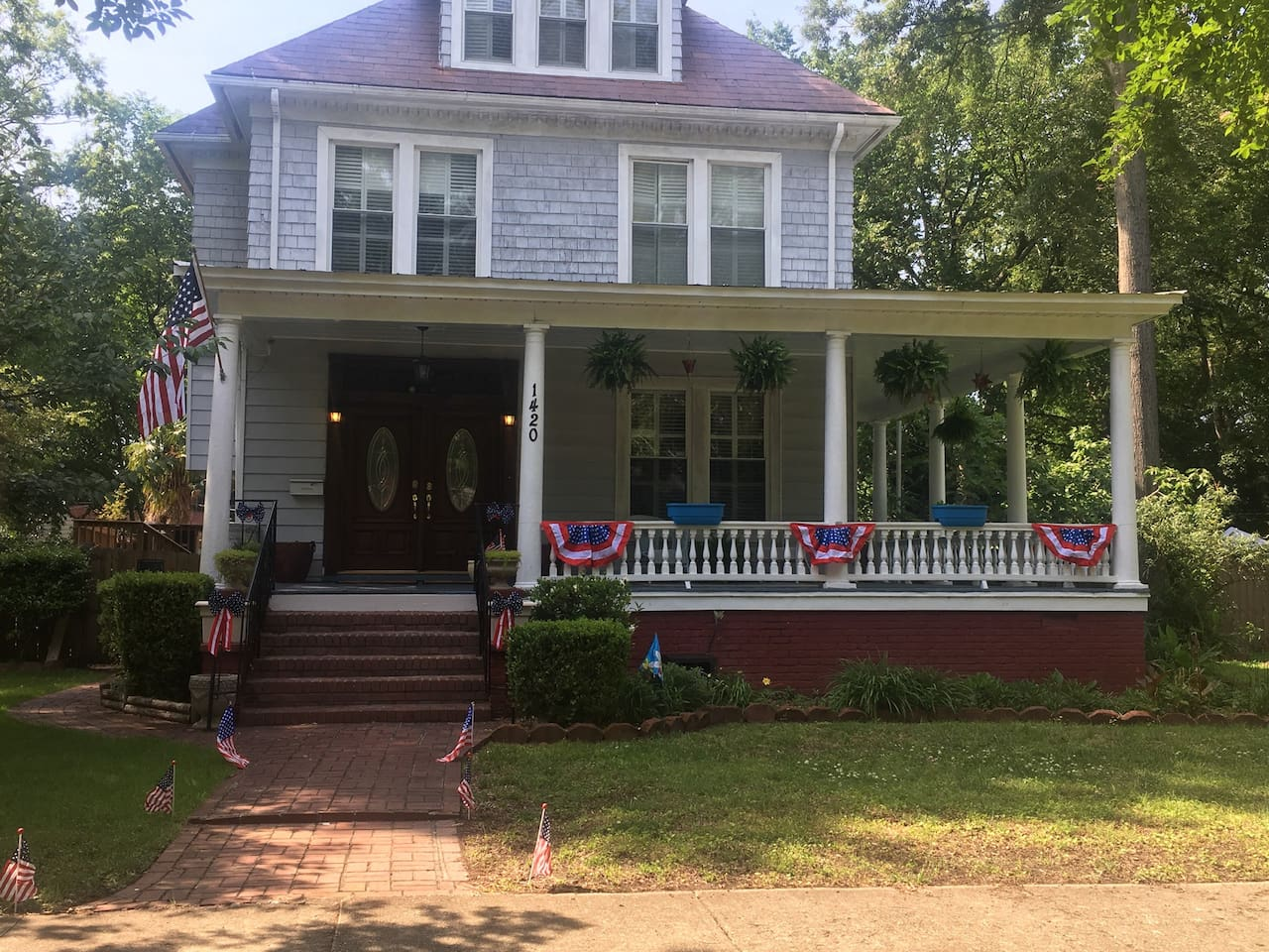 Charming 5 Bedroom historic home in Historic Lafayette neighborhood. Tranquility and access to the Festival!