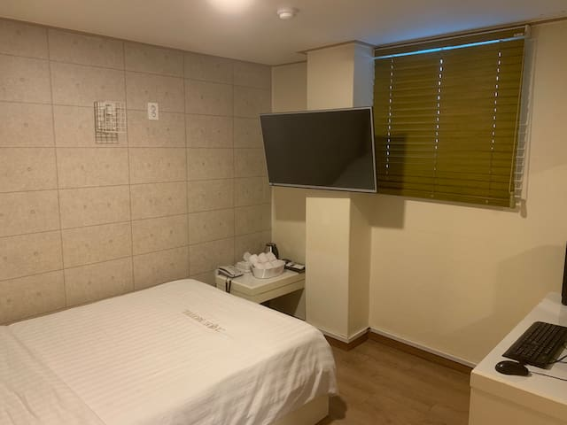 ★Grand hotel #1 ★ 1 minute from Sinchon Station
