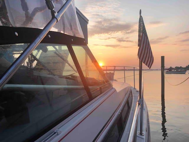Warm winter getaway 35 foot boat overlooking bay!