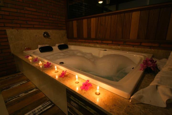 Suíte 10 com banheira de hidromassagem e ar cond