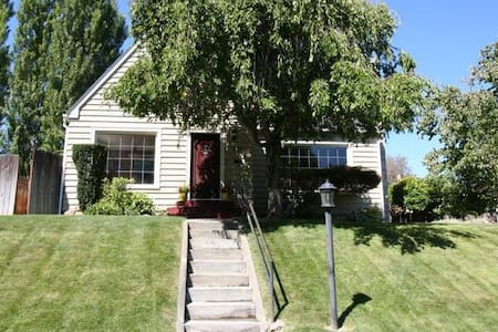 Yakima Vacation Rentals- Franklin Park Bungalow