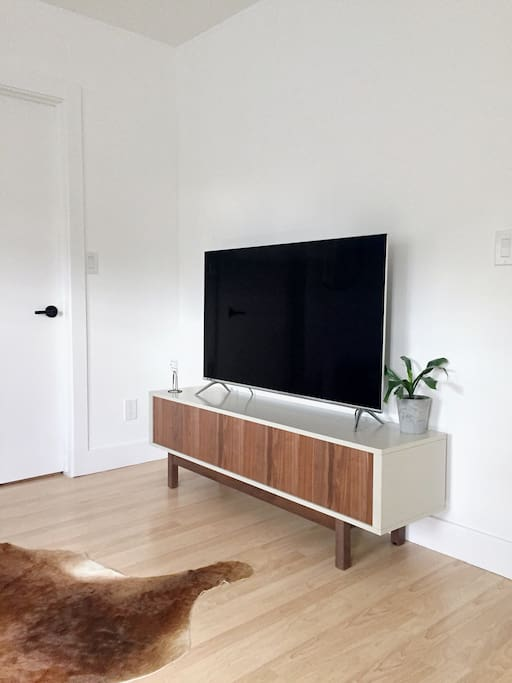 Samsung 4k Smart TV with access to Netflix, Hulu and Amazon Prime Video