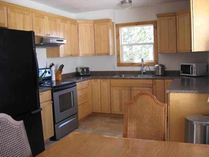 Full-sized kitchen. Walk to restaurants & grocers.