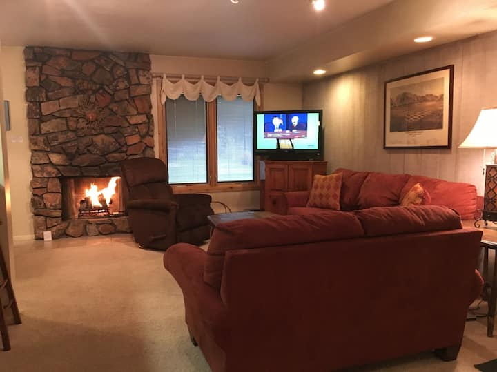 #153-Hot Tub, Pool, Spa, Common Game Room, 10 minute Walk to Town & Lifts