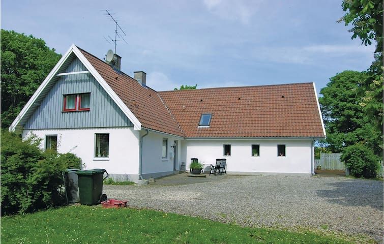 Holiday cottage with 5 bedrooms on 180 m² D71029
