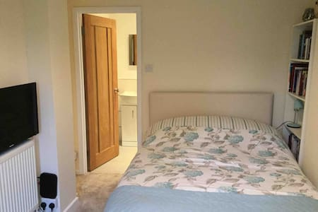 Royston, Herts 3 Room Annex £49 WiFi,Parking,Sky.