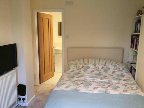 Royston, Herts £49 3 Room Annex WiFi,Parking,Sky.